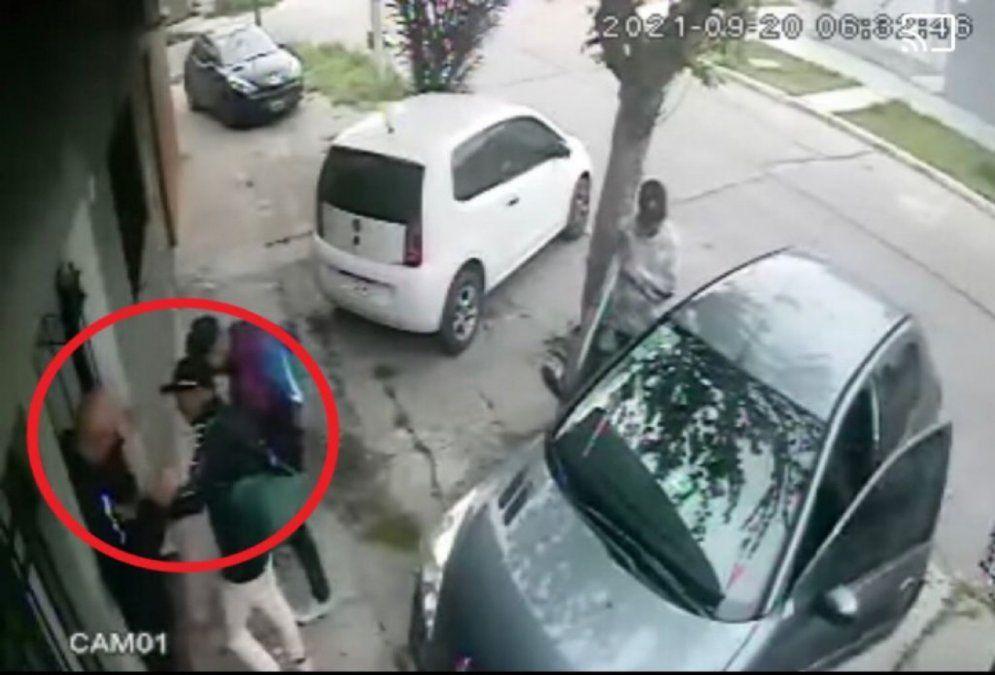 Violento asalto en Gerli: le robaron todo en la puerta de su casa