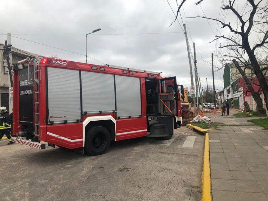 Bomberos de Lomas de Zamora trabajan en el lugar del hecho.