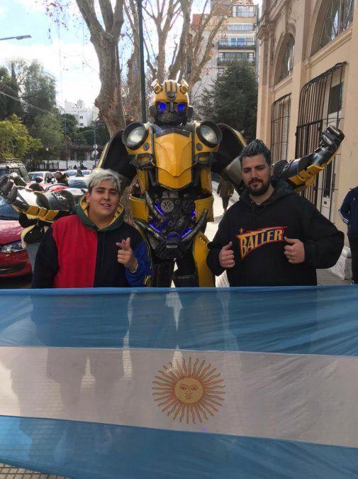 El Bumblebee de Burzaco junto al Chapu Martínez.