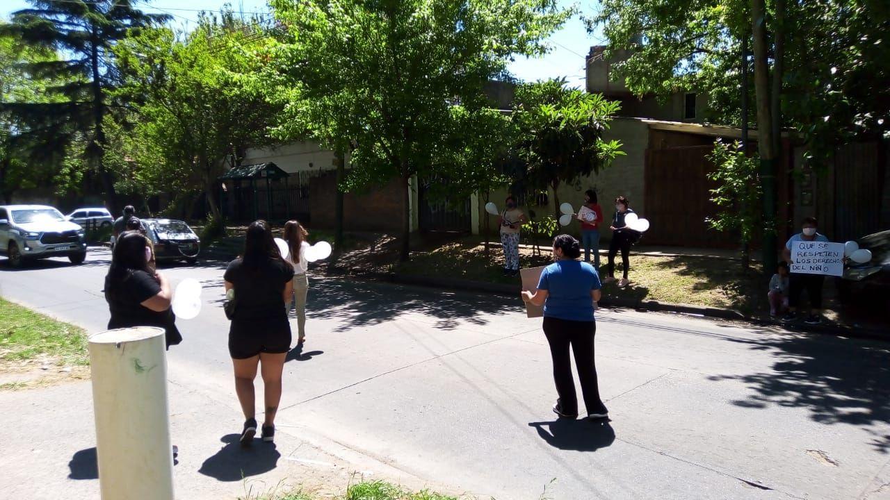 Protesta en un jardín de Adrogué: una madre denunció a una maestra por pegarle a su hija