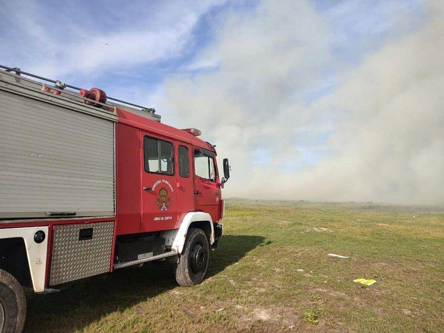 Feroz incendio en un predio lindero a la Universidad de Lomas de Zamora