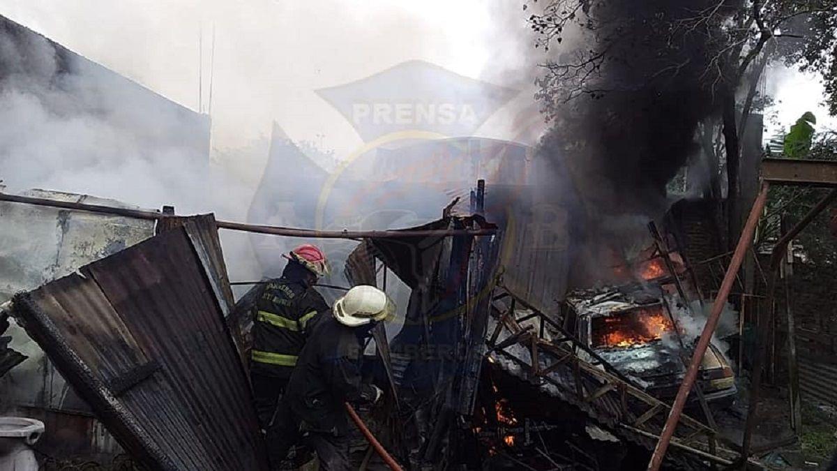 Enorme incendio destrozó un galpón en Brown