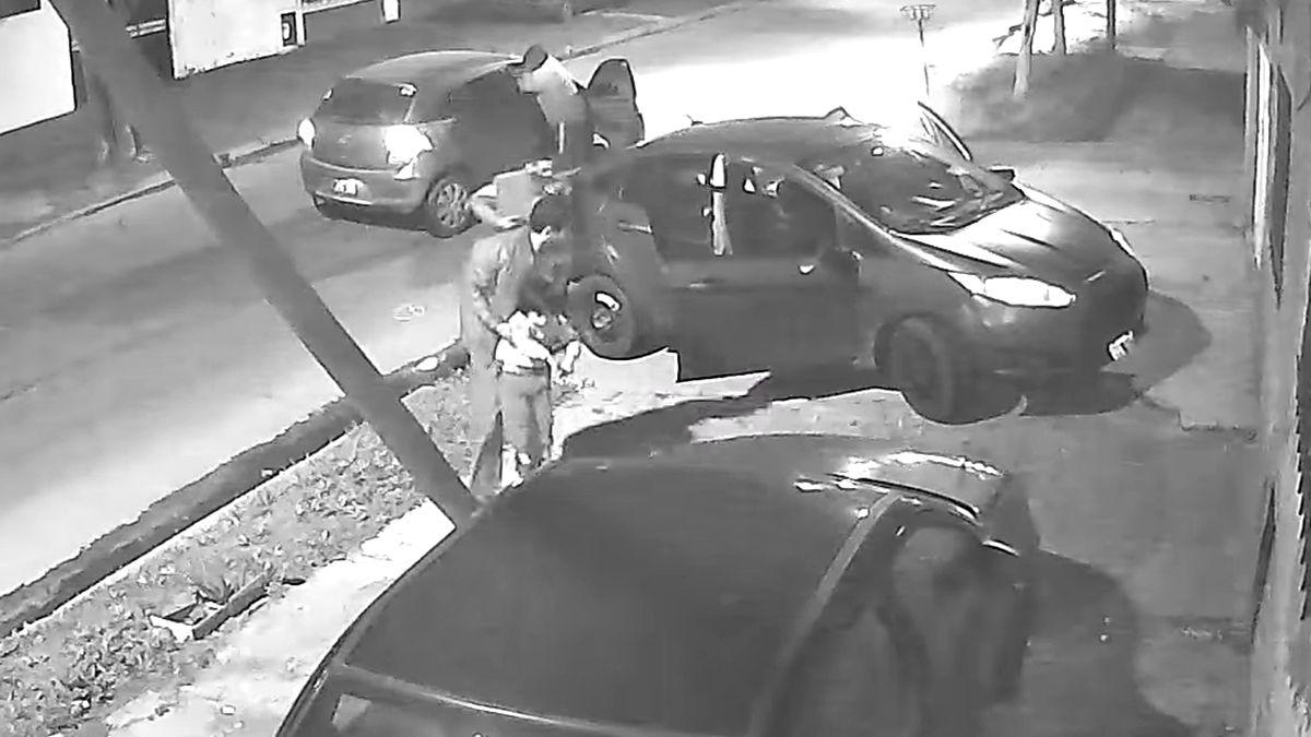 llavallol: quisieron robarle el auto a un papa y a su hijo pero no pudieron arrancarlo