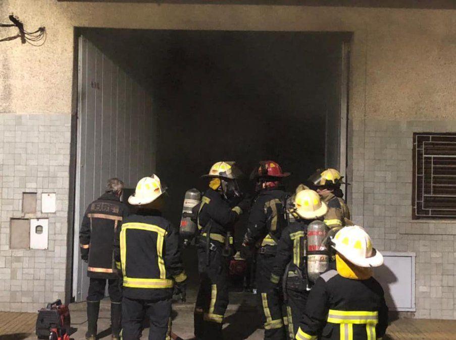 Incendio en Lanús: se prendió fuego un auto en una cochera