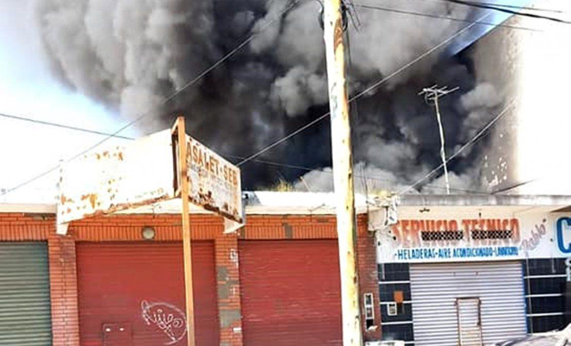 Incendio en Villa Centenario: se prendió fuego un depósito