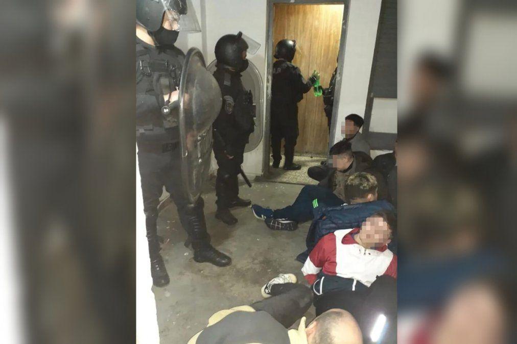 Intento de motín en Lanús: presos quemaron con agua hirviendo a policías
