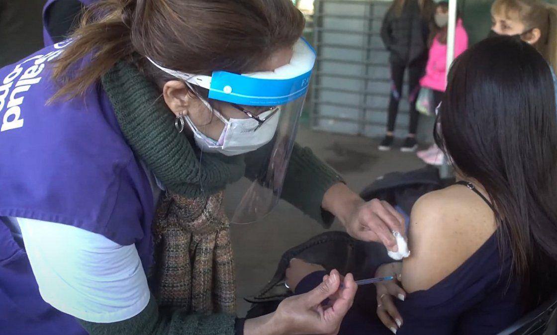 Emoción en Temperley: una joven fue vacunada por su mamá