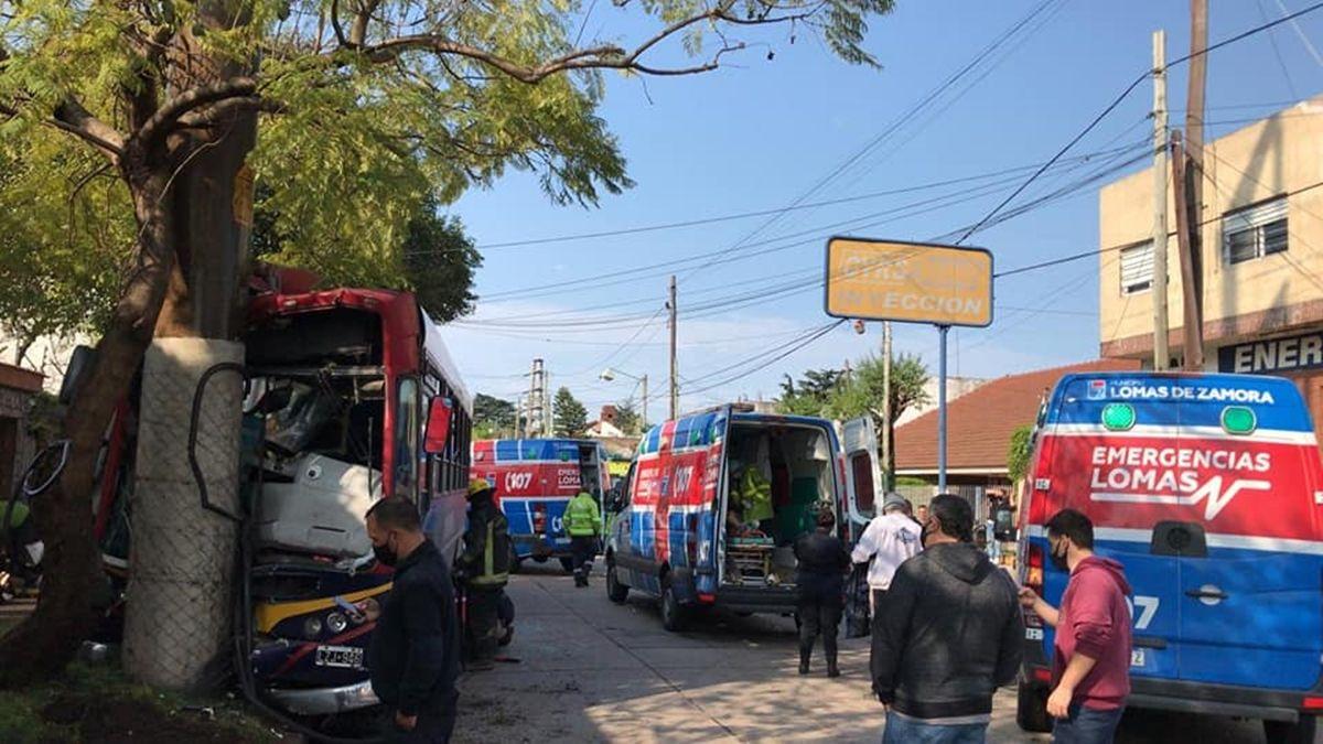 Violento choque de un colectivo en el límite entre Lomas y Brown: diez heridos
