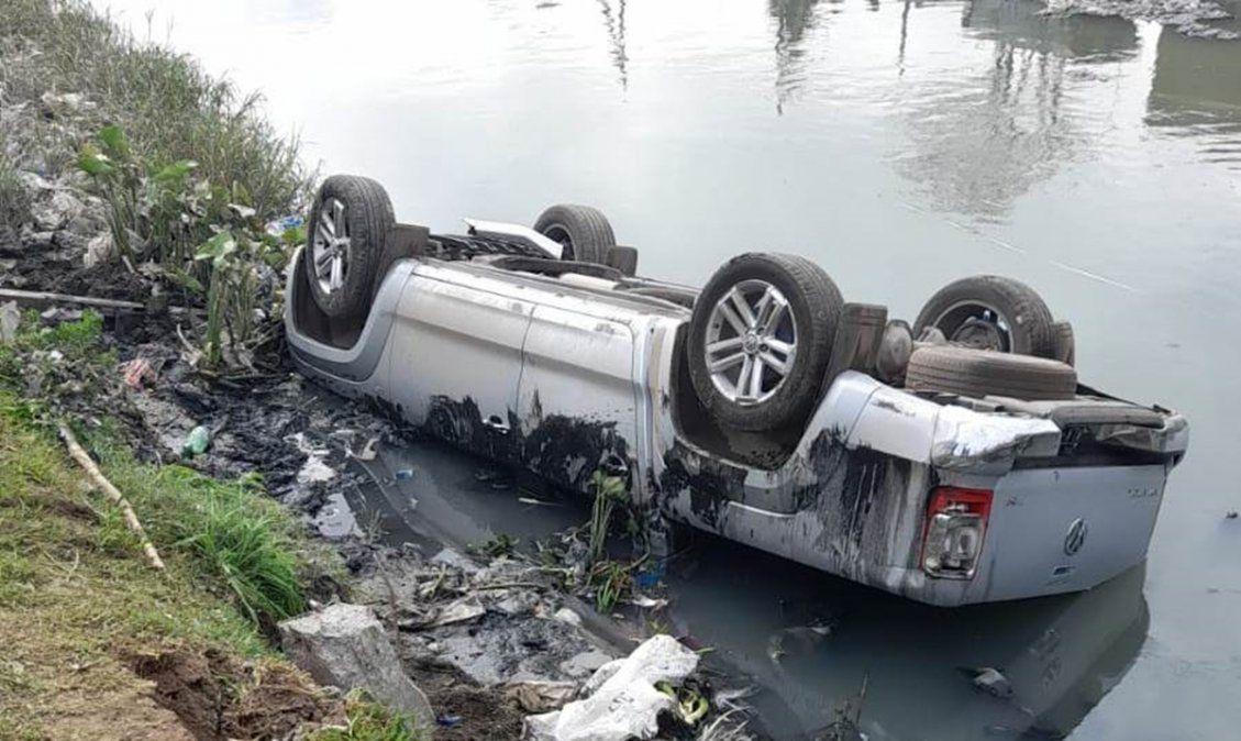 Robaron dos autos en Rafael Calzada, se tirotearon con la Policía y cayeron a un arroyo
