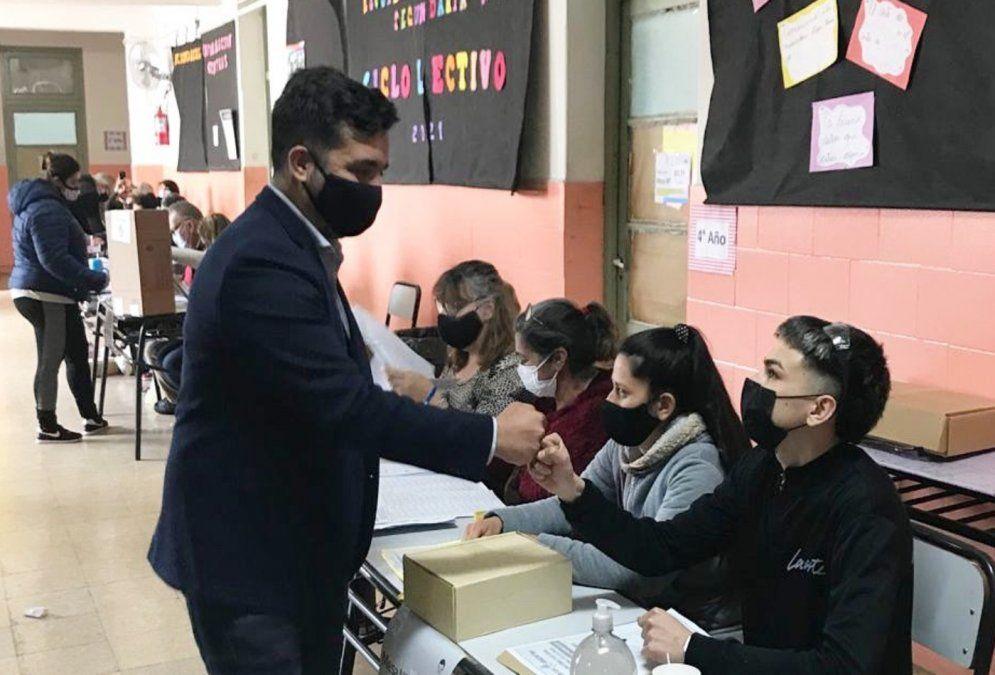 Lanús: el precandidato por el Frente de Todos Agustín Balladares votó en la escuela N°25