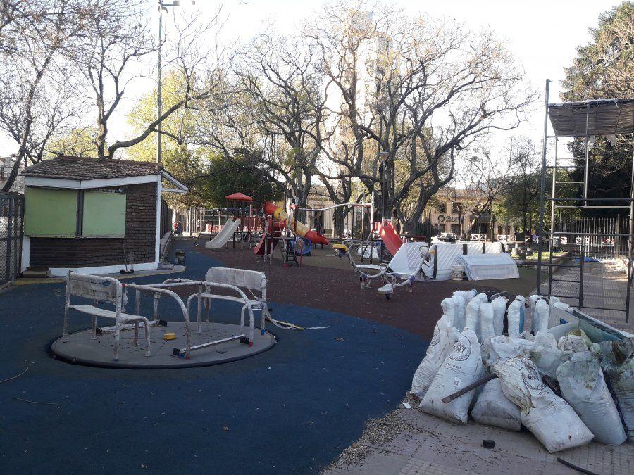 Obras en la zona de juegos de la Plaza Grigera.