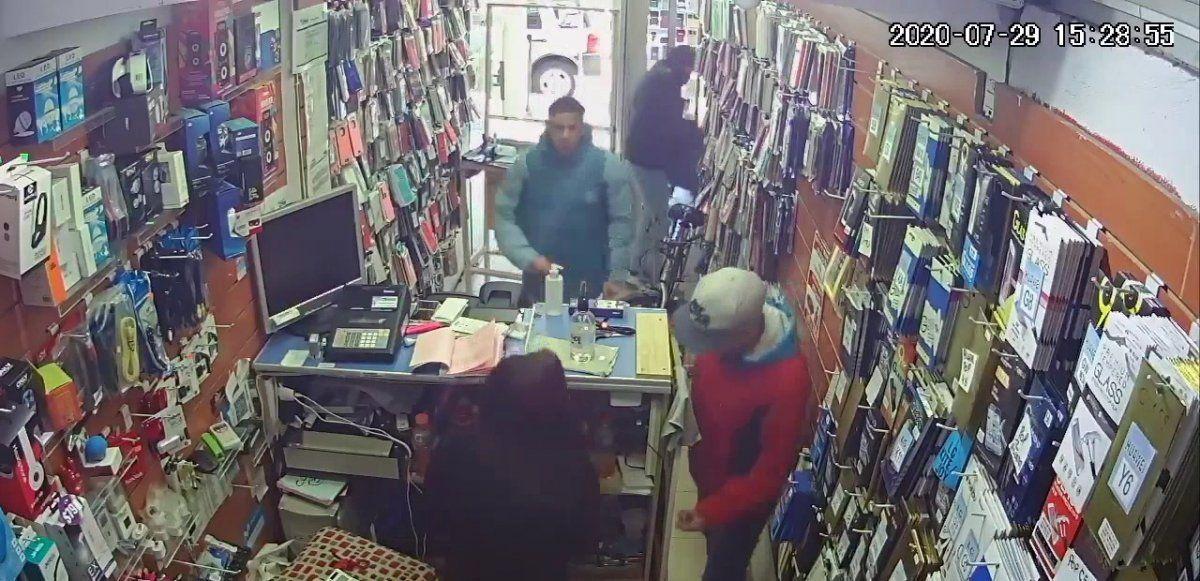 Rafael Calzada: Entraron a robar en un comercio de celulares