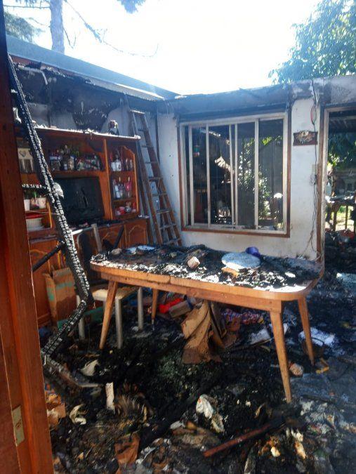 Heroico rescate en Burzaco: bomberos salvaron a una perrita de un incendio