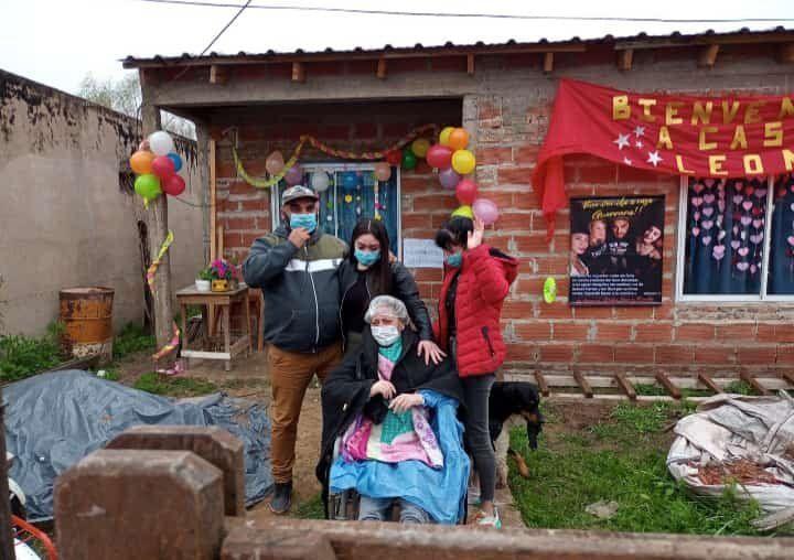 Ángela junto a su esposo y sus dos hijas en su casa de San Vicente.