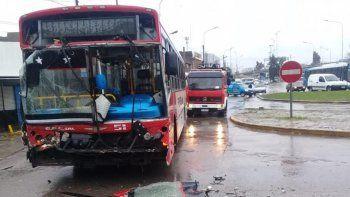 Fuerte choque entre dos colectivos en Puente La Noria: varios pasajeros heridos