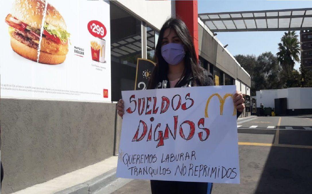 Empleados de Mc Donalds se manifiestan en Monte Grande