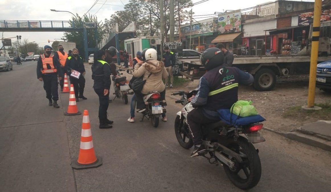 Insólito: ahora el Municipio de Lomas de Zamora pide sacar un permiso para viajar en moto con acompañante