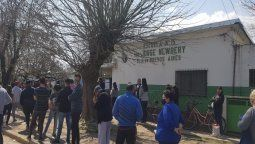 paso en san vicente con filas en las veredas de las escuelas