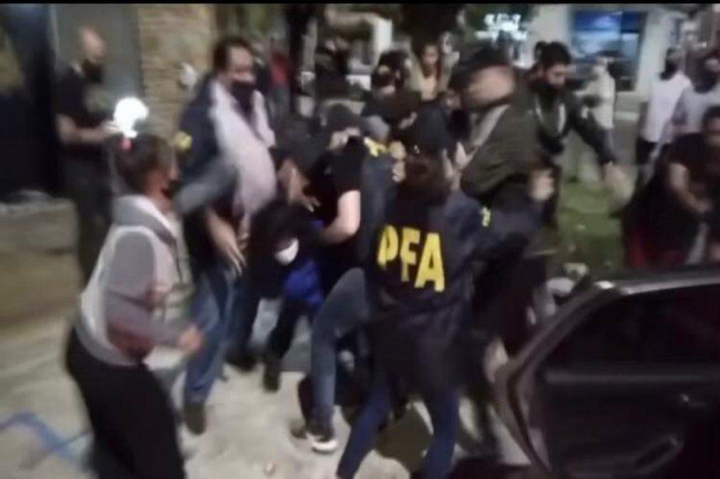 La policía cubre a los detenidos del linchamiento de los vecinos.