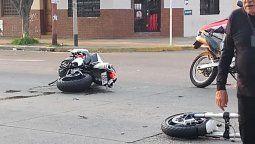 fuerte choque entre una moto y un auto en lanus