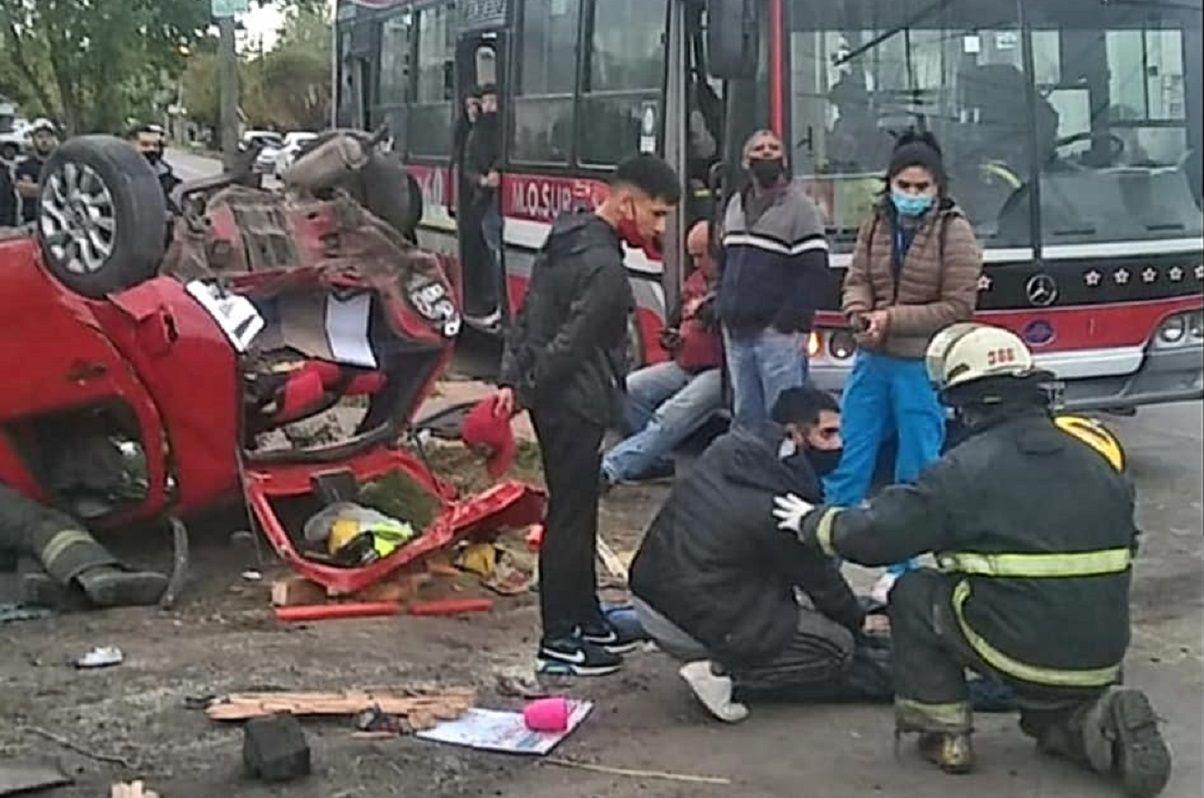 Seis personas heridas en un impactante choque y vuelco