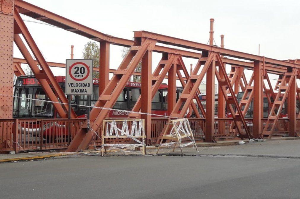 Un bache de gran tamaño produce caos vehicular en el Puente Alsina