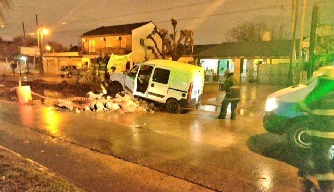 Brown: un conductor chocó contra la obra de una avenida