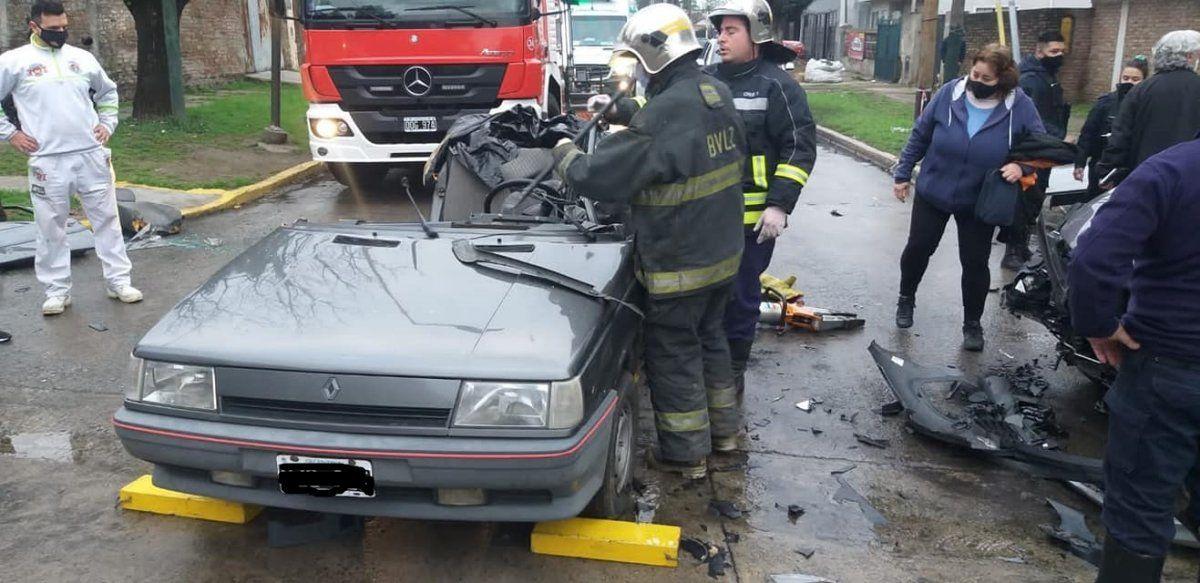 Violento choque en Banfield entre un auto y una camioneta