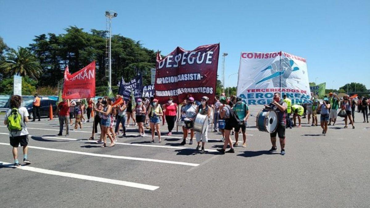 Ezeiza: empleados tercerizados protestaron y cortaron la autopista Ricchieri.