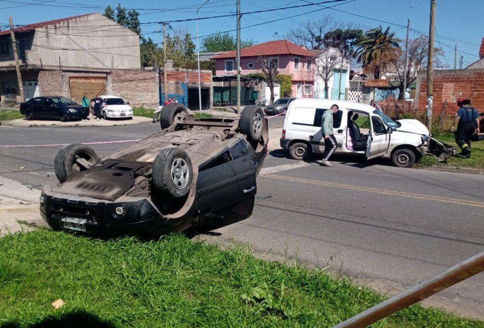 Video: choque, vuelco y milagro en Lanús