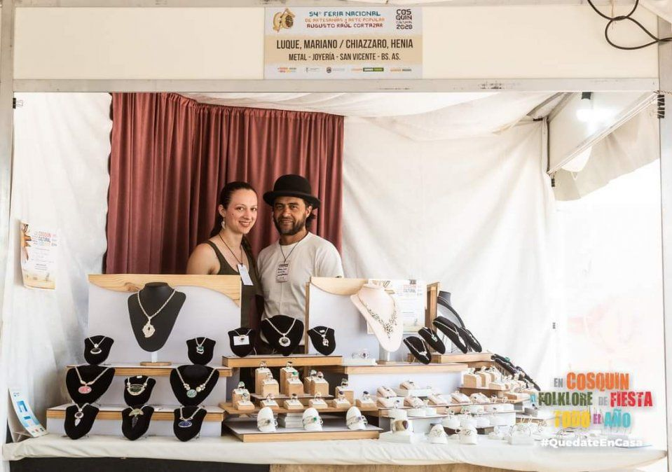 La pareja de artesanos de San Vicente en un stand en la Fiesta de Cosquín. Ahora sus trabajos irán al Museo del Louvre.
