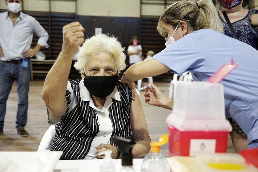 Podrían aplicar una sola dosis de la vacuna a quienes ya hayan tenido coronavirus