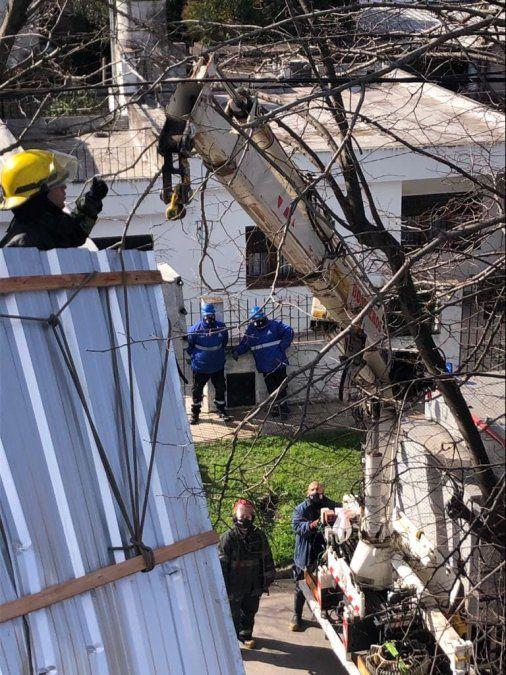 Trabajos de Bomberos Voluntarios de Almirante Brown en Longchamps ante la caída de un hombre del techo de su casa