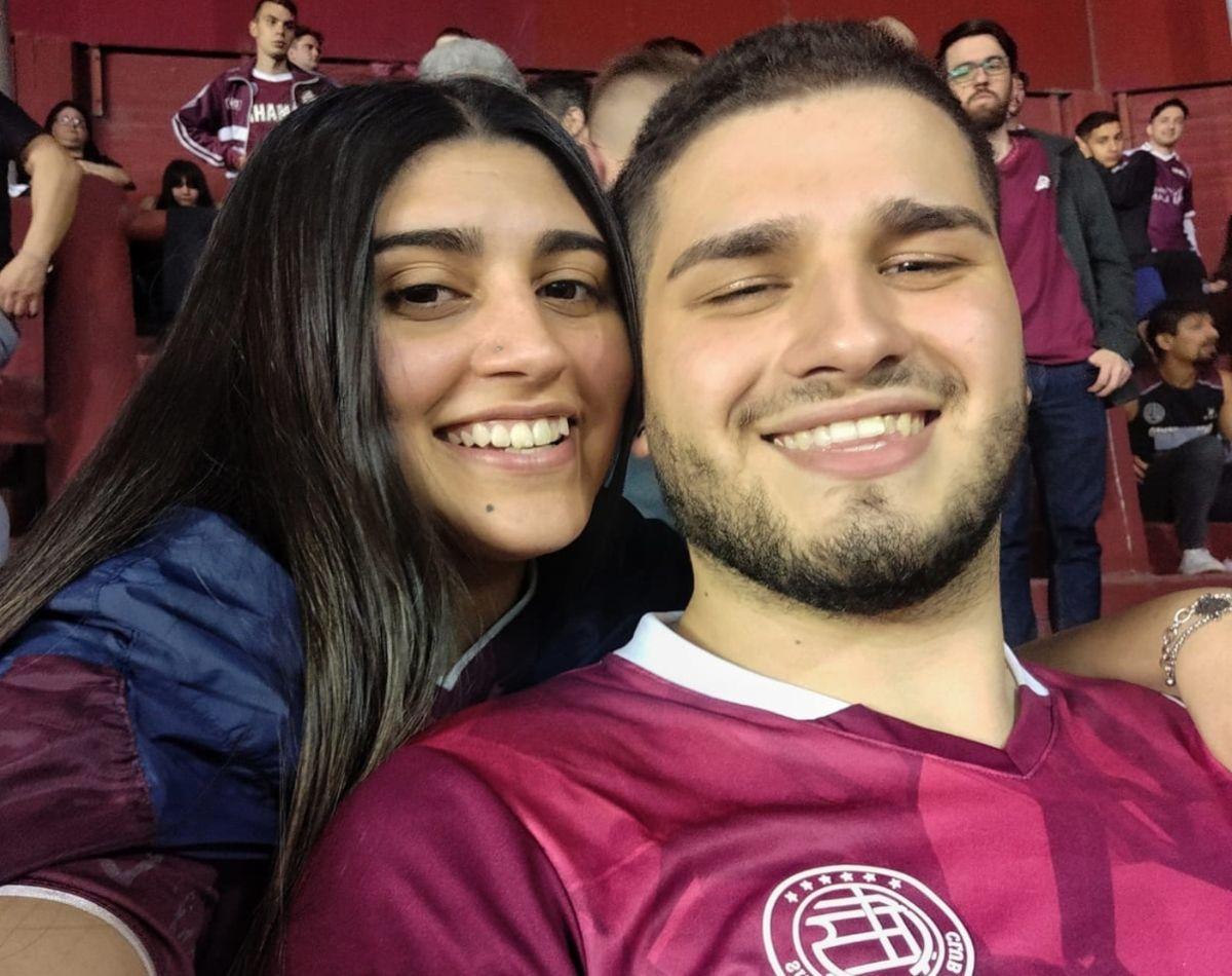 una pareja de lanus se hizo viral por sellar su amor en la cancha