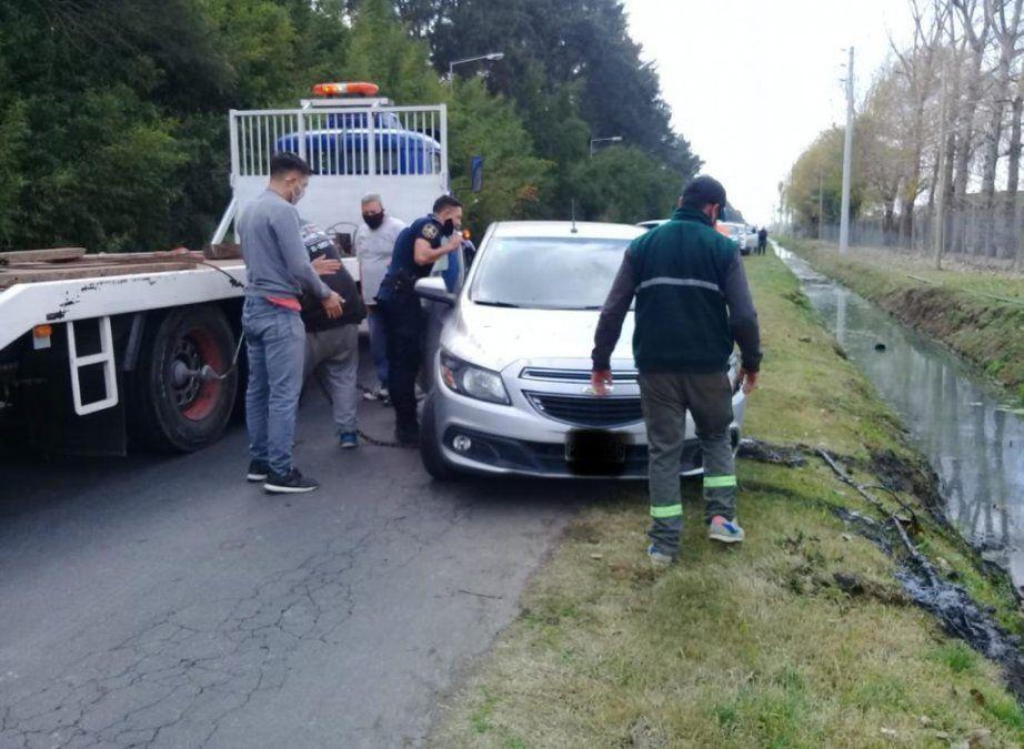 Canning: un auto cayó a la zanja cerca del barrio Santa Juana