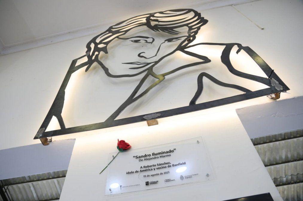 Inauguran una escultura de Sandro en la estación de Banfield