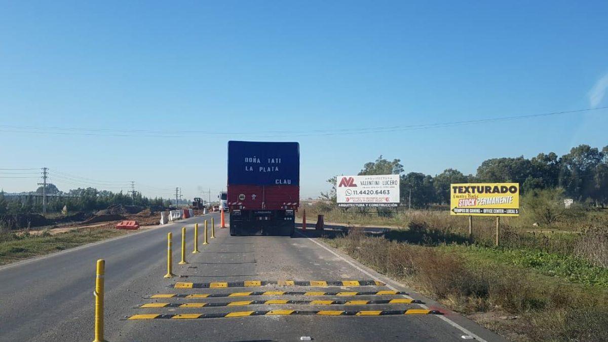 Obras en Ruta 58: colocaron reductores antes del cruce con el Camino de Las Latas.