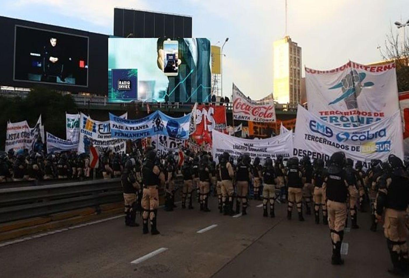 corte total en hipolito yrigoyen: manifestantes amenazan con cruzar a pie el puente pueyrredon