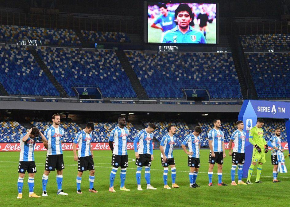 Días después del fallecimiento de Maradona, el estadio del Napoli fue rebautizado con su nombre y el equipo estreno con una camiseta celeste y blanca.
