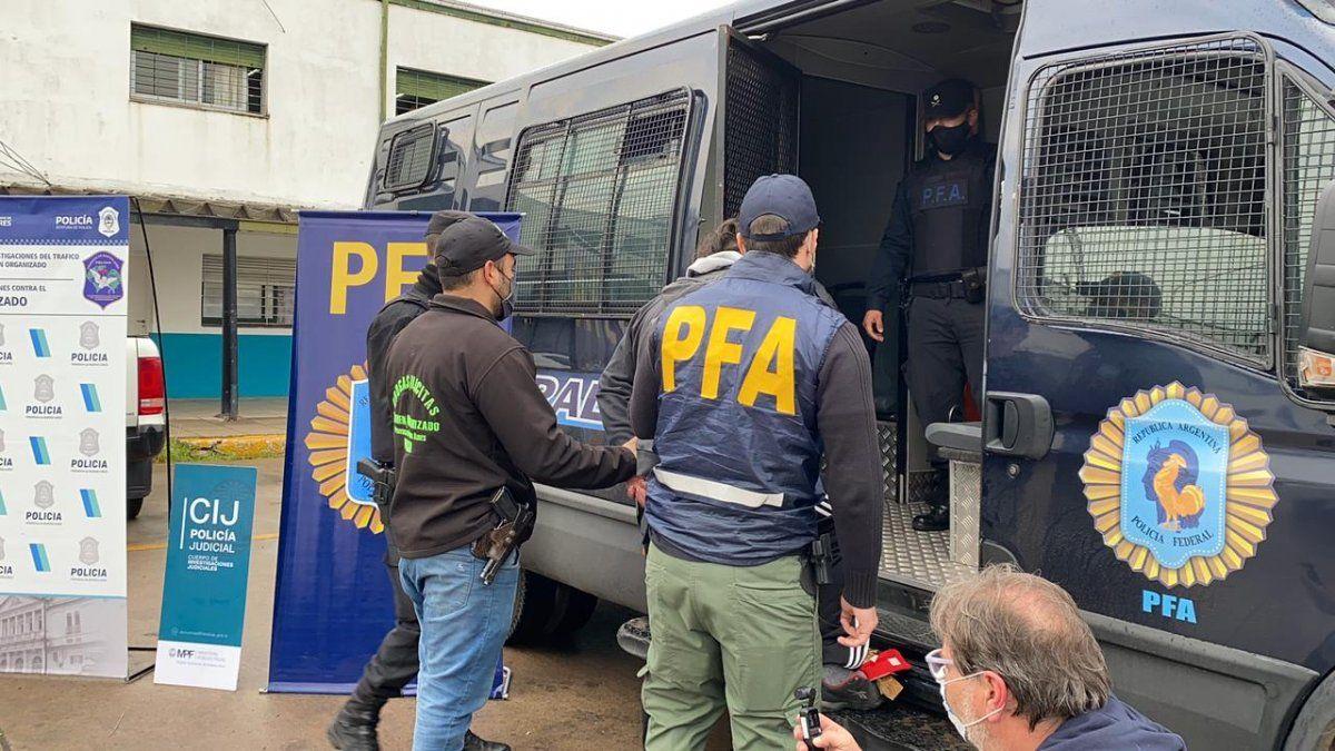 Con allanamientos en Lomas de Zamora, desbaratan una banda delictiva de barrabravas