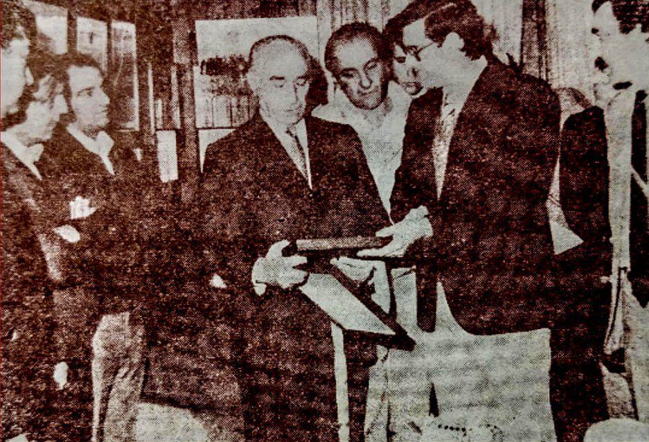 1982. Fangio recibe un escudo de Esteban Echeverría, entregado por el entonces intendente Alberto Groppi. (Foto: Historias Echeverrianas)