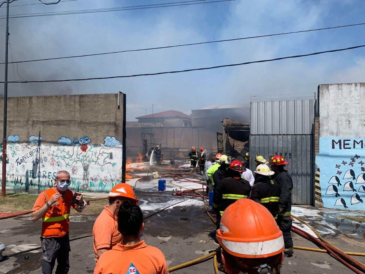 controlaron el incendio en la fabrica de lanus: trabajan 12 dotaciones de bomberos