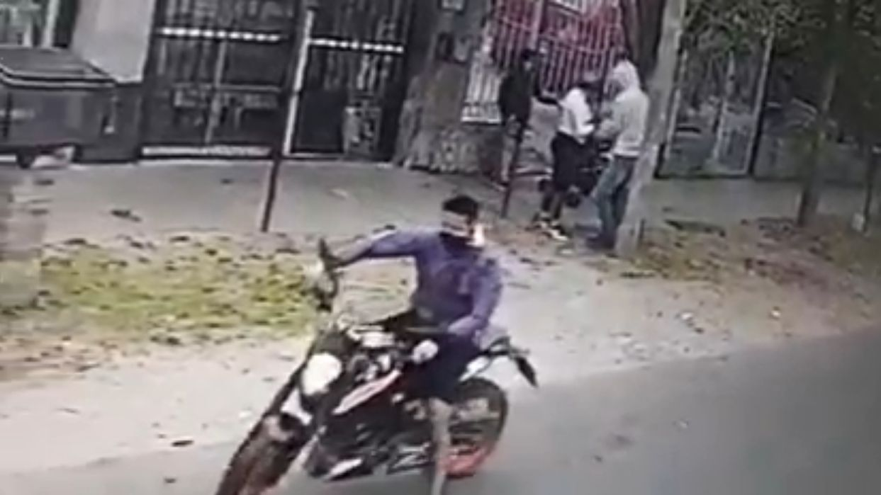 video: motochorros le robaron todo a una mujer a plena luz del dia en lomas