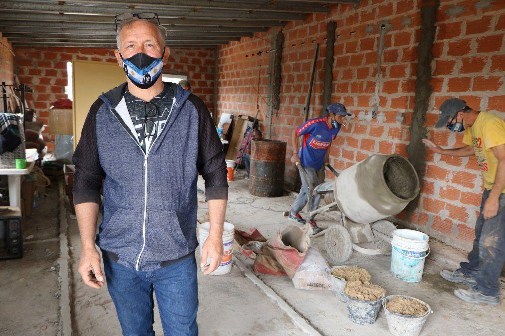 """Barrio Las Chacritas.""""El Tano"""" Penzotti junto al área en obra. Con su cooperativa generó trabajo para muchos vecinos de la zona."""