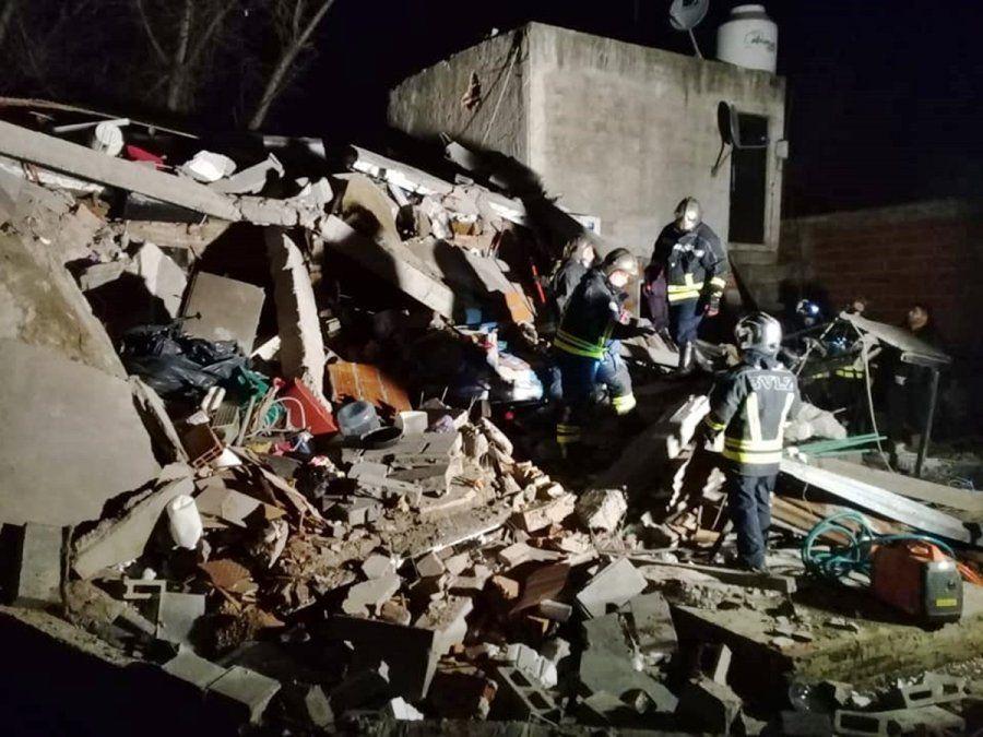 Bomberos de Lomas de Zamora durante las tareas de rescate a la madrugada.