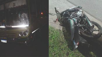Longchamps: fuerte choque entre una moto y un colectivo dejó a dos heridos graves