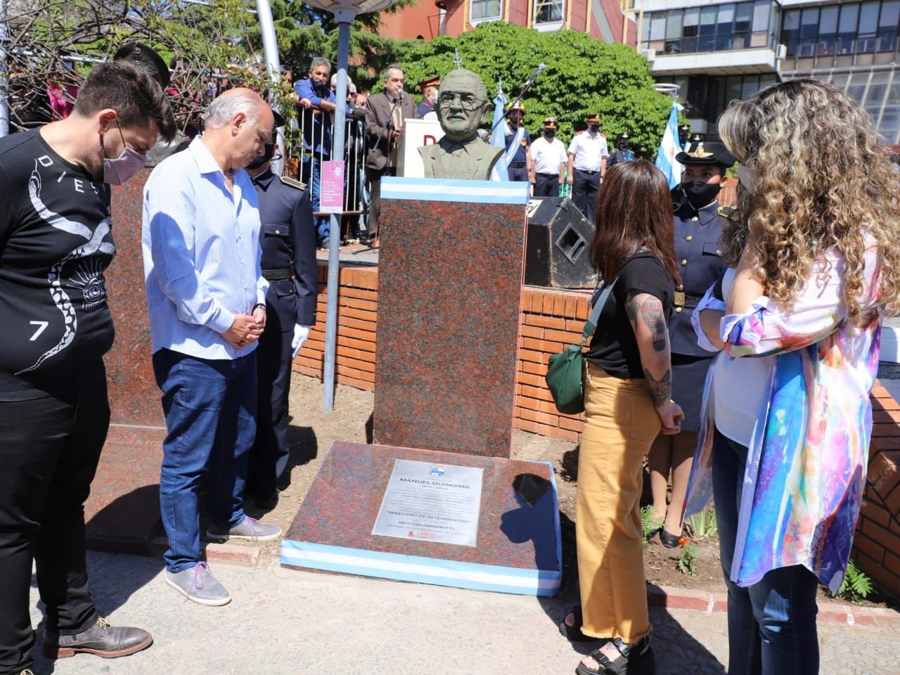 necesitado del voto peronista, grindetti inauguro un busto de manuel quindimil