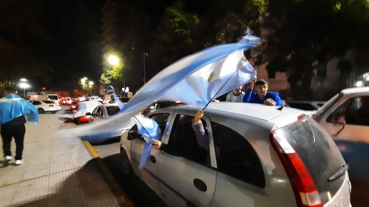 Cientos de hinchas colmaron la Plaza Mitre de Monte Grande