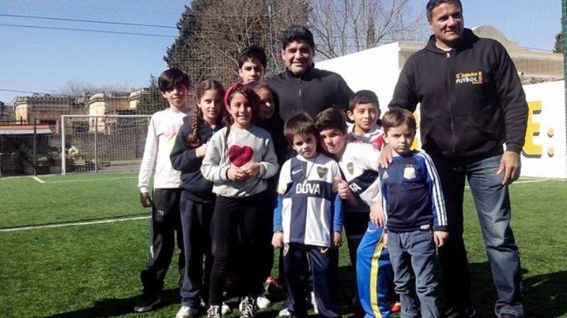 El día que Maradona sorprendió a unos nenes y revolucionó Burzaco