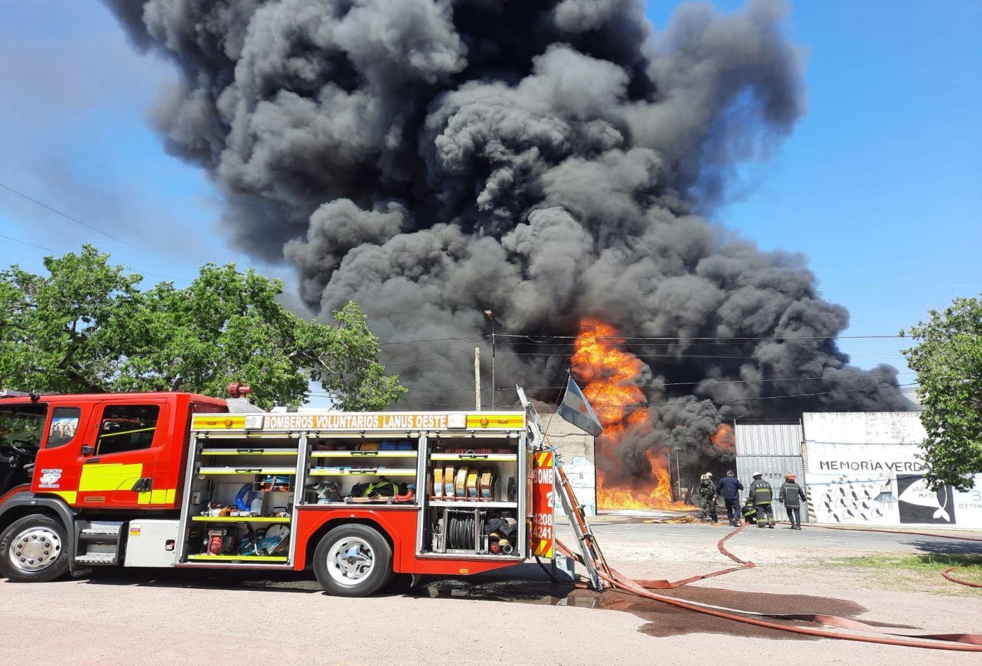 vecinos de lanus tras el incendio: la fabrica era un bomba de tiempo